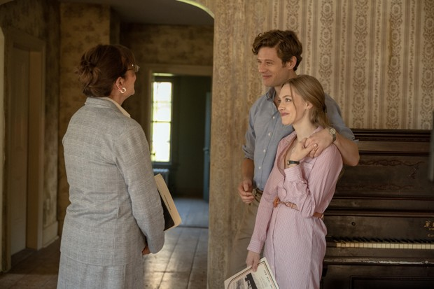 Things Heard and Seen (L-R) James Norton as George Clare, Amanda Seyfried as Catherine Clare, in Things Heard and Seen. Cr. Anna Kooris/NETFLIX © 2020